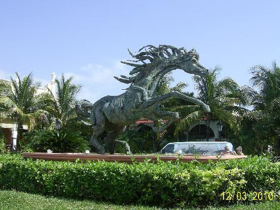 Hotel Riu Tequila: Main entrance sculpture