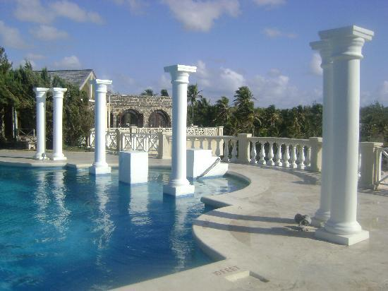 The Crane Resort: Love the historic pool