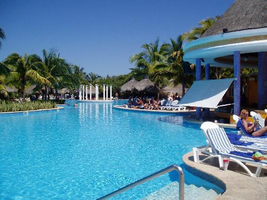 IBEROSTAR Paraiso Del Mar: Iberostar pool with swim up bar