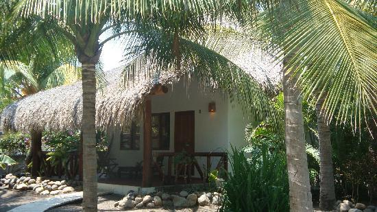 Dos Mundos Pacifico: thatch roof bungalow