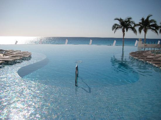 Le Blanc Spa Resort: Pool and Ocean