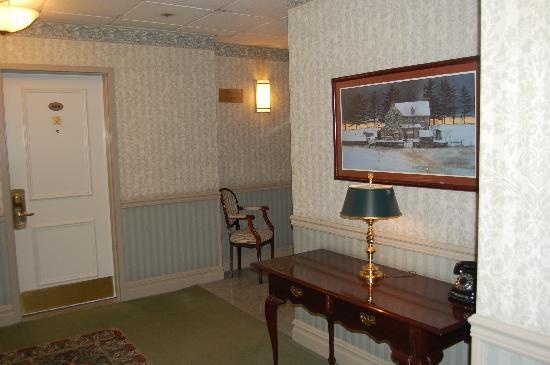 The Lucerne Hotel: 4th floor hallway