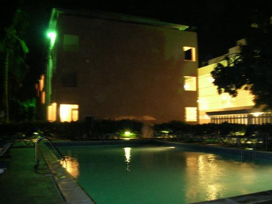 Butterfly Beach Hotel: Night view of pool and hotel