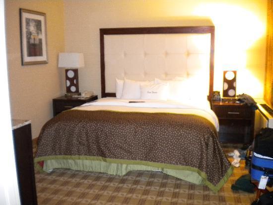 Doubletree Hotel Little Rock: King bedroom in 2 room suite