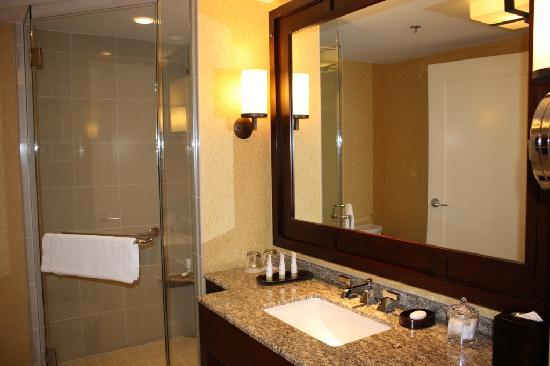 JW Marriott San Antonio Hill Country Resort & Spa: shower w sep tub