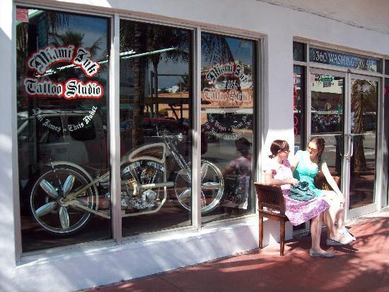 Miami Beach, FL: Conocida tienda de tatuajes