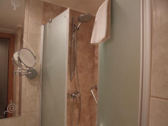 Marmara Hotel Budapest: shower room