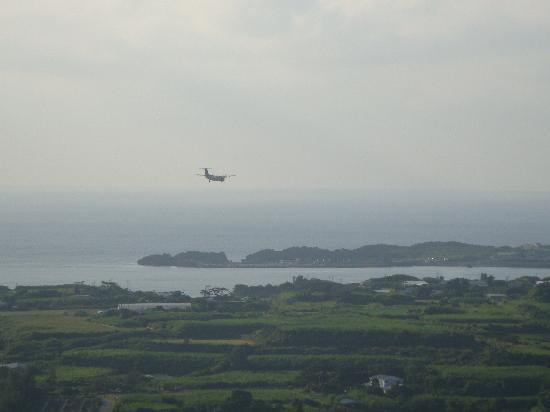 Yoron Castle Ruin: 与論空港に向かう飛行機も見えます
