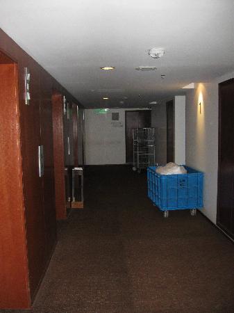 Capitol Hotel: 2nd floor walkway