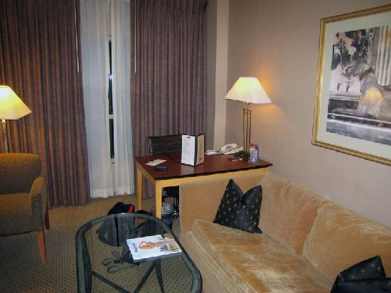 Sheraton Suites Houston Near The Galleria: Couch & Desk