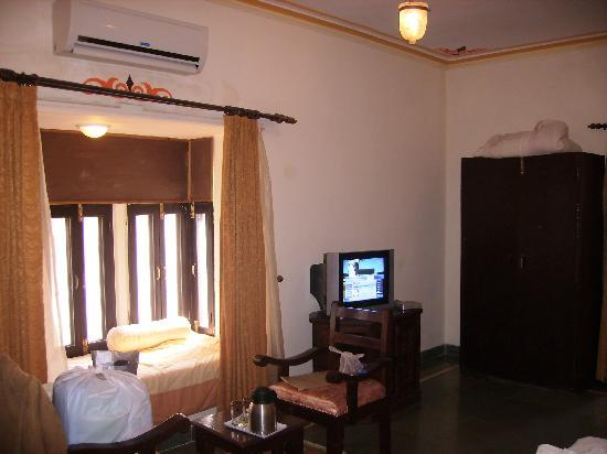 The Udai Bagh: Room view with additional bed on window
