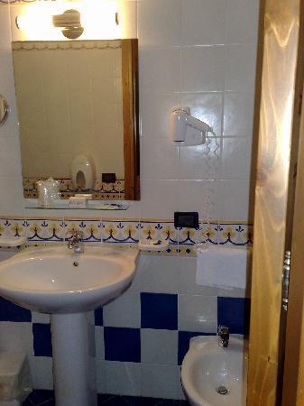 Hotel Cala Marina: bagno camera