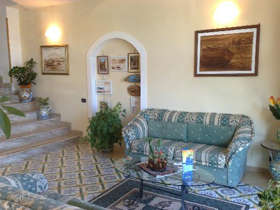 Hotel Cala Marina: salottino reception