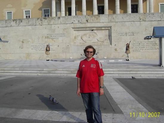 Plateia Syntagmatos: Etekli meşhur yunan askerleri ve meydan okuyan ben :))))