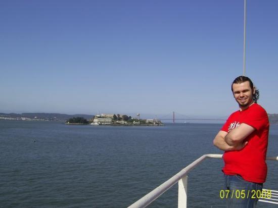 Alcatraz hapisanesi. Bendeki gobek degildir alttan ruzgar girdi :)