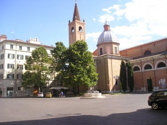 """Forli, Italy: Una de las plazas """"principales"""" (vacia, como todo)"""