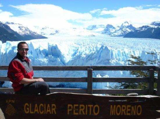 Perito Moreno Glacier: Devant le glacier Perito Moreno en Patagonie, Argentine