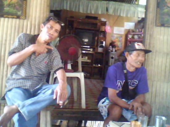 "Roxas City, Filippinene: ""Pappa"" and Leonell sittin and chilaxing"