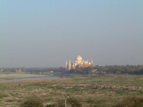 Agra Fort: Taj Mahal,  Agra Fordista katsottuna . Mogul Shahjahan seisoi vankilansa parvekkeella 7 vuotta k