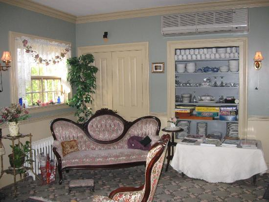 Westbrook Inn Bed and Breakfast: The sitting area in the dinning room