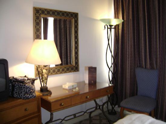 Liwan Hotel: desk area