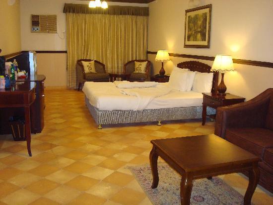 Citrus Chambers Mahabaleshwar: Room in the evening