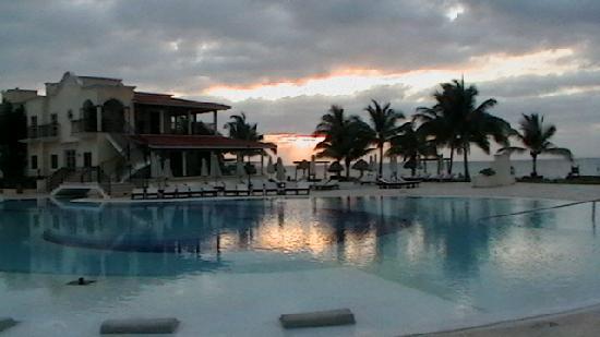 Secrets Capri Riviera Cancun: pool at sunrise