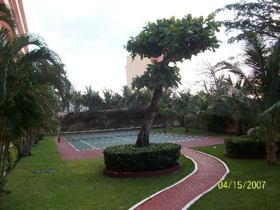 El Cozumeleno Beach Resort: Tennis court.