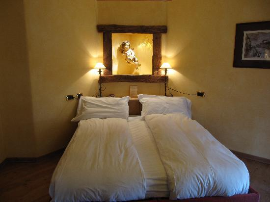 Compagnoni Hotel : not too sure of the cherub above the bed . . .