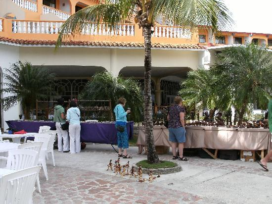 Sol Rio de Luna y Mares: Craft stalls in Mares lobby terrace area
