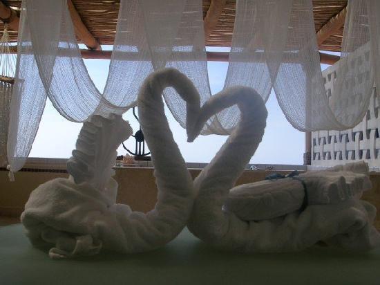 Villa Premiere Boutique Hotel & Romantic Getaway: Our towel decor on the balcony