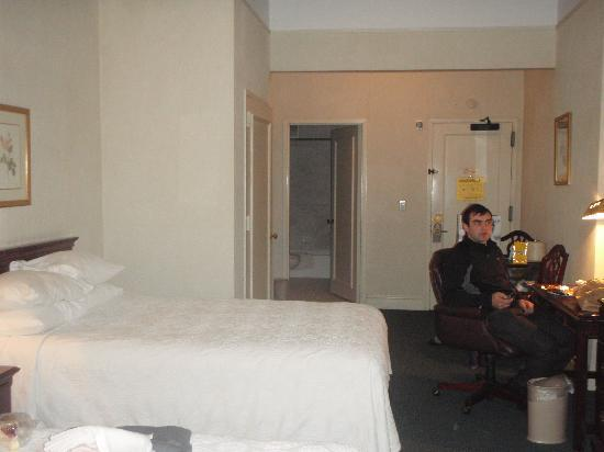 Salisbury Hotel: there is also another double bed just behind the photo so quite a spacious room.