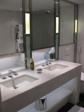 The Connaught: Fantastic bathroom (view 1)
