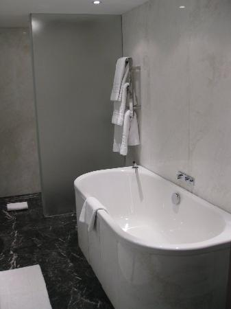 The Connaught: Fantastic bathroom (view 2)