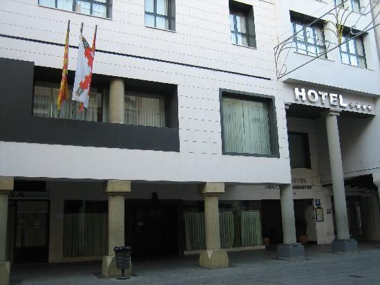 Gran Hotel Ciudad de Barbastro: Entrada del Hotel
