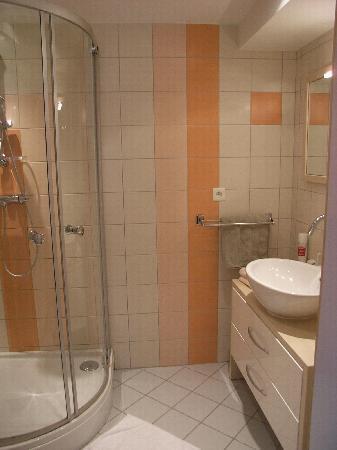Le Bon Accueil : Modern bathrooms