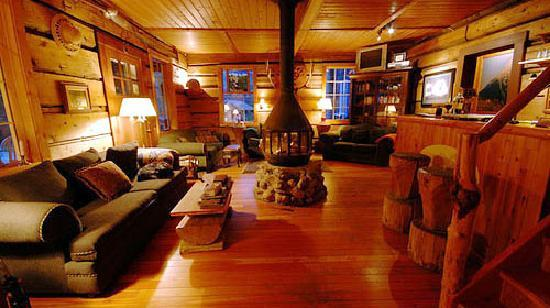 Beaverfoot Lodge: the cozy common livingroom with central fireplace...Wow!!