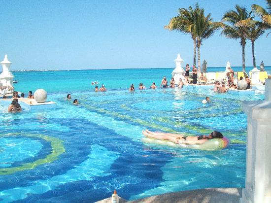 Hotel Riu Palace Las Americas: Pool area (Can be there until 3:30 and then sun leaves)