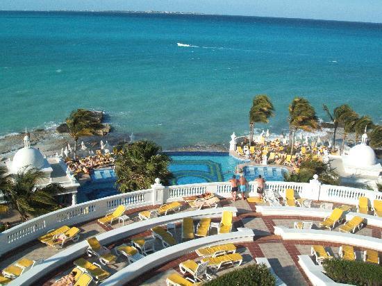 Hotel Riu Palace Las Americas: View to ocean from our room
