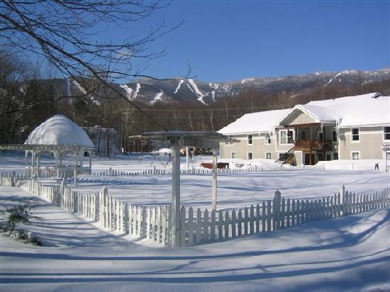 Sugar Lodge at Sugarbush: Great view of the mountain from the hot tub
