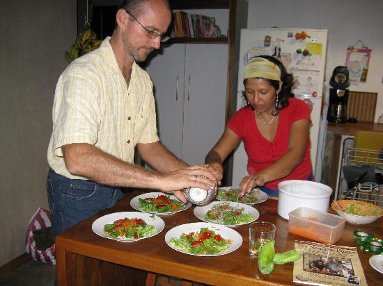 Casa Amanecer B&B: Chris & Luisa preparing a delicious meal