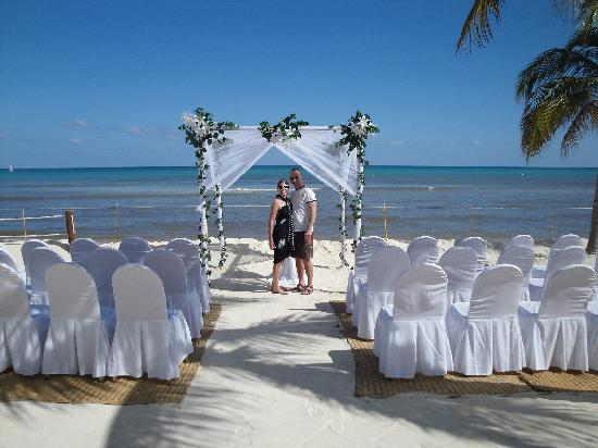 BlueBay Grand Esmeralda: Yes, we crashed a wedding scene. But you can see - beautiful!