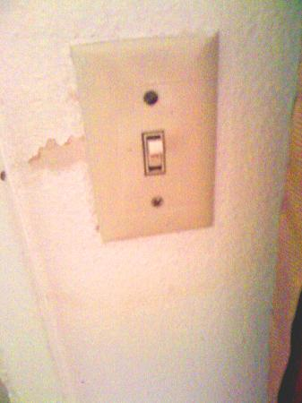 Skyway Inn Hotel: *CAUTION* You might get a disease from touching the lightswitch