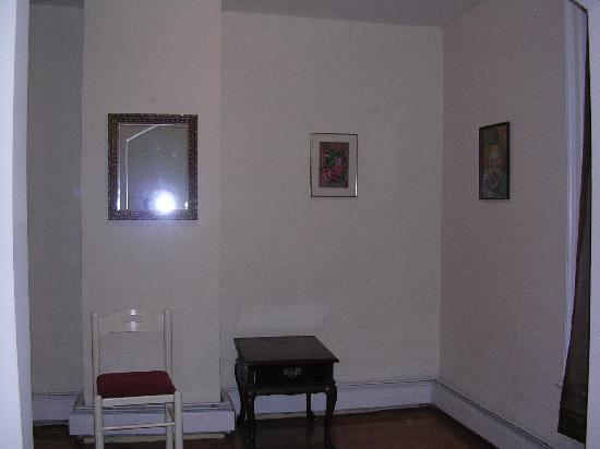 New York Homestay: The alcove area in the queen bedroom. I am standing right in front of the bed. What you can't se