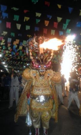 Oruro, Bolivia: ESTE BOTABA FUEGO DE SU CARETA ARRIVA