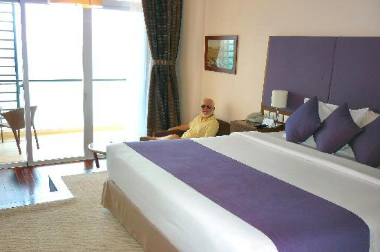Novotel Nha Trang: very spacious room with balcony & step-down shower