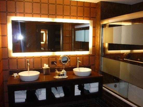 Golden Nugget Hotel: Rush Tower Room, Bathroom