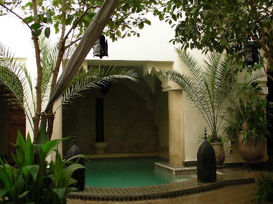 Riad Dar Dialkoum: piscine dans le patio