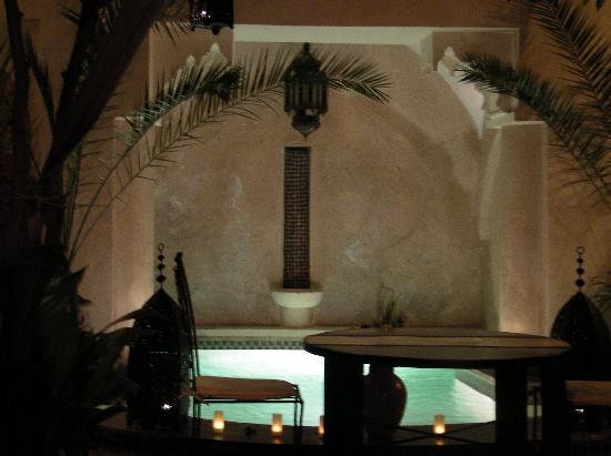 Riad Dar Dialkoum : patio la nuit
