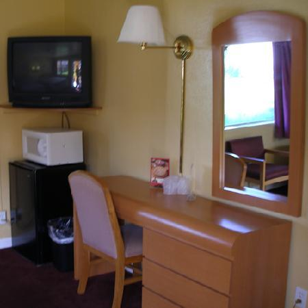 Scottish Inns & Suites: Desk